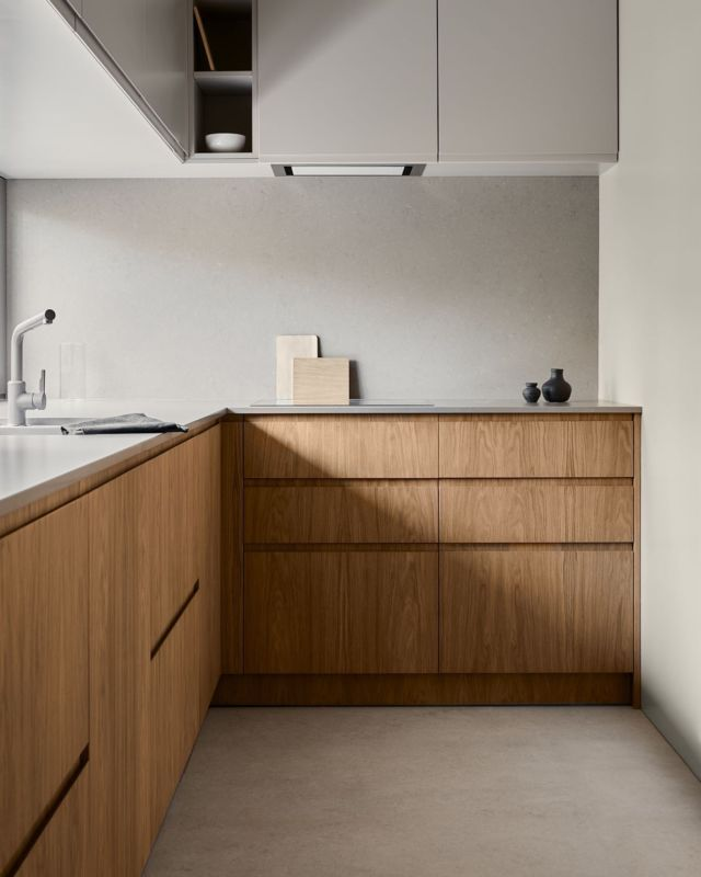 Natural materials and discreet colors are the main components of this kitchen design. Our Oak perfectly matches with pure fronts varnished in a sand shade and a sintered quartz worktop. Entering this space, there is no doubt for a moment that it is just as its owners dreamed of.  Designed by @studiosinterio  Photo by @tomo_yarmush